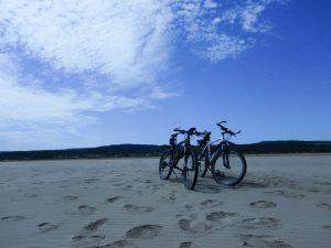 Mountainbikes am Strand in Frankreich