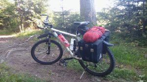 Mountainbike mit Zelt im Nordschwarzwald