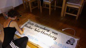 Elisabeth Giez gestaltet ein Banner für die erste Umrundung Baden-Württembergs