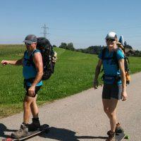 Ute Jansen und Markus Frommlet mit Longboards bei der ersten Umrundung Baden-Württembergs