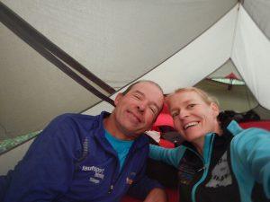 Ute Jansen und Markus Frommlet im Zelt bei der ersten Umrundung Baden-Württembergs