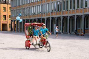 Ute Jansen und Markus Frommlet erreichen mit Fahrradrikscha Schloss Karlsruhe