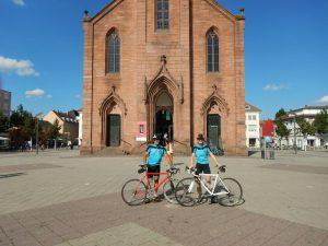 Ute Jansen und Markus Frommlet am Rennradziel Kehl bei der ersten Umrundung Baden-Württembergs