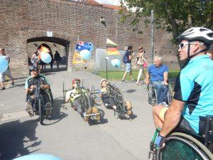 Rollstuhlfahrt durch Ulm am Donauufer